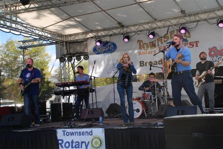 Stephanie Quayle and band